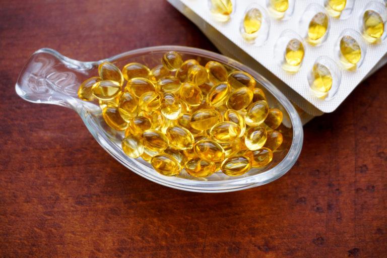 Vitamin D kann in Form von Tropfen oder Kapseln zugeführt werden.